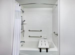 King Suite - Disability Access Tub/Non-Smoking