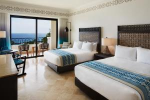 Deluxe Queen Room with Partial Ocean View