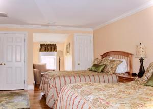 Queen Room with Two Queen Beds - 6