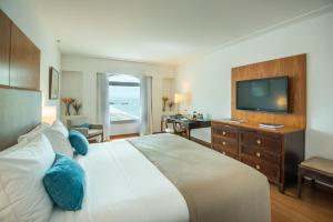 Deluxe Queen Room with Partial Sea View
