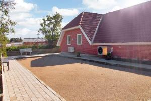 Four-Bedroom Holiday Home Tane with a Sauna 03, Ferienhäuser  Blåvand - big - 4