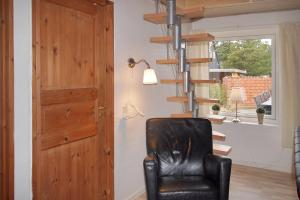 Four-Bedroom Holiday Home Tane with a Sauna 03, Holiday homes  Blåvand - big - 25