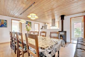 Four-Bedroom Holiday Home Tane with a Sauna 03, Holiday homes  Blåvand - big - 21