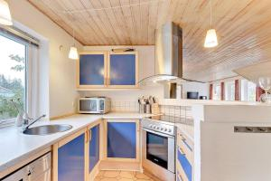Four-Bedroom Holiday Home Tane with a Sauna 03, Holiday homes  Blåvand - big - 22