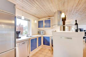 Four-Bedroom Holiday Home Tane with a Sauna 03, Holiday homes  Blåvand - big - 23