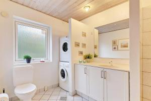 Four-Bedroom Holiday Home Tane with a Sauna 03, Holiday homes  Blåvand - big - 7