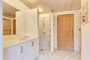 Four-Bedroom Holiday Home Tane with a Sauna 03, Holiday homes  Blåvand - big - 8