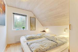 Four-Bedroom Holiday Home Tane with a Sauna 03, Holiday homes  Blåvand - big - 11
