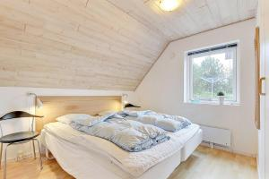 Four-Bedroom Holiday Home Tane with a Sauna 03, Holiday homes  Blåvand - big - 13