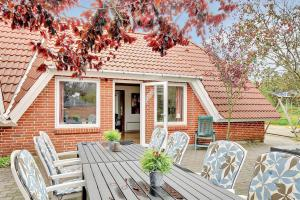 Four-Bedroom Holiday Home Tane with a Sauna 03, Holiday homes  Blåvand - big - 16