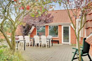Four-Bedroom Holiday Home Tane with a Sauna 03, Holiday homes  Blåvand - big - 17