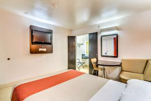 Queen Room with One Queen Bed and Roll-In Shower - Disability Access