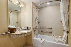 Queen Suite with Two Queen Beds with Bath Tub - Hearing Access/Non-Smoking