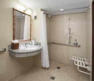 Queen Suite with Two Queen Beds - Hearing Accessible with Roll-In Shower/Non-Smoking