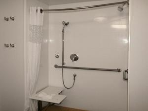 King Room - Mobility/Hearing Accessible - with Bath Tub - Non-Smoking
