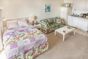 Classic Studio with Queen bed and Sofa sleeper ( 3 )