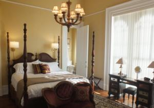 Deluxe King Suite with Landmark View