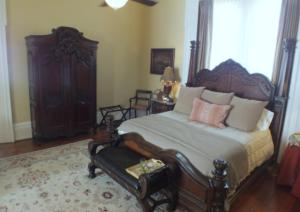 Deluxe King Suite with Sofa and Landmark View