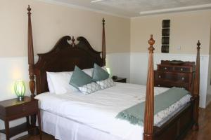 Niagara Grand View Lower Balcony King Room with Poster Bed