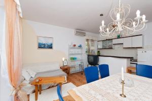 Two-Bedroom Apartment in Rab VI, Appartamenti  Barbat na Rabu - big - 12