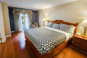 One-Bedroom King Suite with Sofa Bed and Garden View
