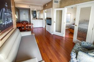 One-Bedroom Queen Suite with Murphy Bed and City View