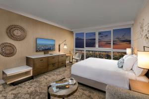 Escape to Waikiki - 	Ocean Front Premier - King or 2 Queens, Newly Renovated