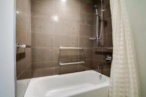 King Suite with Bathtub - Disability Access