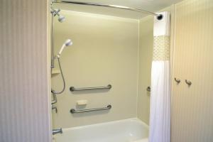 Queen Room - with Bath Tub - Disability Access