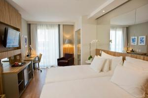Deluxe Double or Twin Room with Partial Sea View