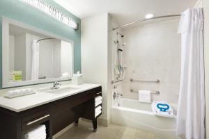 Queen Studio Suite with Bathtub - Disability Access/Non-Smoking