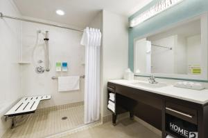 Queen Studio Suite with Roll In Shower - Disability Access/Non-Smoking