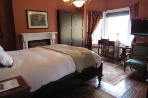 Queen Room with Private Bathroom
