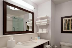 Queen Room - Mobility/Hearing Accessible with Bath Tub - Non-Smoking