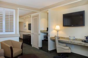 Poolside King Suite-Main Building