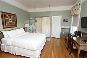 Deluxe Queen Room (2 Adults)
