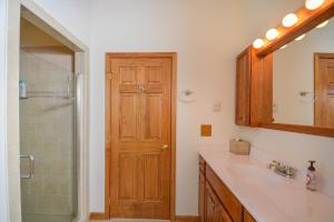 On the Rocks Three-Bedroom Townhome, Nyaralók  McHenry - big - 11