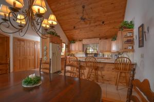 Rock Lodge Cabin Four-Bedroom Holiday Home, Дома для отпуска  McHenry - big - 20