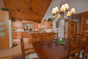 Rock Lodge Cabin Four-Bedroom Holiday Home, Дома для отпуска  McHenry - big - 19