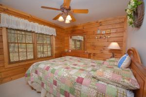 Rock Lodge Cabin Four-Bedroom Holiday Home, Дома для отпуска  McHenry - big - 6