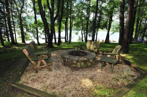 Lakeside Dreamin' Four-Bedroom Holiday Home, Case vacanze  McHenry - big - 11