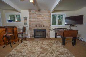 Lakeside Dreamin' Four-Bedroom Holiday Home, Case vacanze  McHenry - big - 8