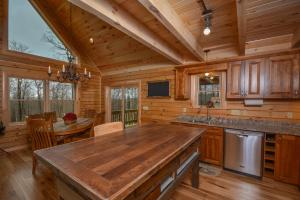 Log Me Inn Five-Bedroom Holiday Home, Holiday homes  McHenry - big - 6