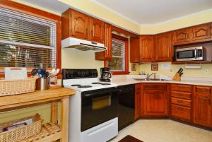 Whispering Oaks Three-Bedroom Holiday Home, Holiday homes  McHenry - big - 13