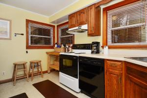 Whispering Oaks Three-Bedroom Holiday Home, Дома для отпуска  McHenry - big - 11