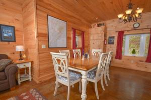 Hideout at Red Pines Three-Bedroom Holiday Home, Prázdninové domy  McHenry - big - 7