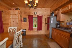 Hideout at Red Pines Three-Bedroom Holiday Home, Дома для отпуска  McHenry - big - 5