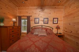 Hideout at Red Pines Three-Bedroom Holiday Home, Дома для отпуска  McHenry - big - 2