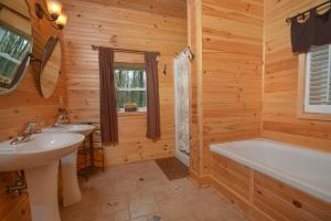 Hideout at Red Pines Three-Bedroom Holiday Home, Дома для отпуска  McHenry - big - 22