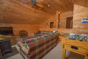 Hideout at Red Pines Three-Bedroom Holiday Home, Дома для отпуска  McHenry - big - 26